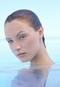 水池中的性感美女摄影图片