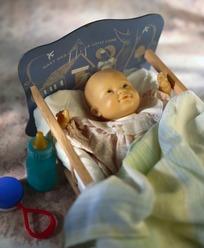 睡在玩具婴儿床上的玩具婴儿