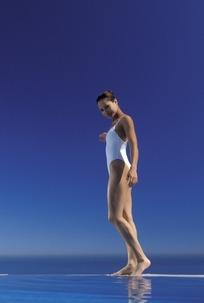 站在水池边上的性感美女摄影图片