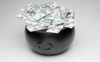 装满美元的黑色瓷罐