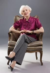 坐在沙发里跷二郎腿的外国白发老太