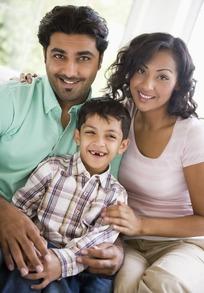 开心 外国 一家三口/坐在一起的印度一家三口