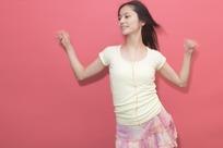 穿粉色短裙听歌的美女