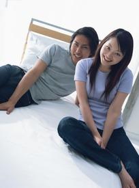 床上的一对情侣