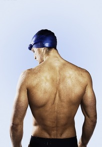 男人 泳帽/带着泳帽的游泳运动员背部肌肉特写