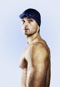 肌肉 运动员/带着泳帽的游泳运动员侧身肌肉特写
