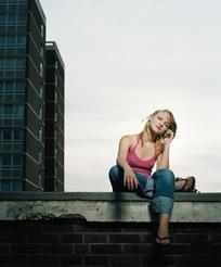 光脚坐在地板上的外国美女图片