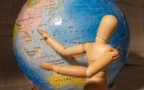 手指地球模型的小木人