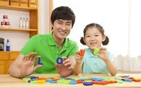 一起玩字母拼图的父女