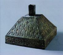金字塔形的波浪纹样的青铜器