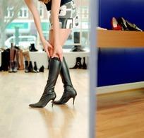 试穿黑靴子的长腿美女