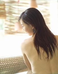 浴缸中中侧脸的长发美女背影图片