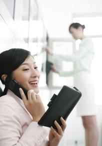职业女性工作照片_电脑前工作的职业女人图片