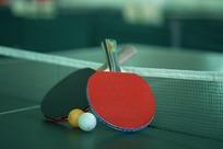 乒乓球桌上的乒乓球拍和乒乓球