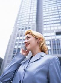 美女 手机 银灰色-穿银灰色职业装右手拿着手机讲电话的美女