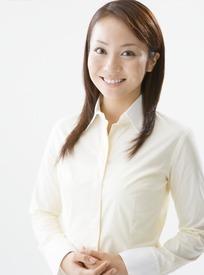 穿着白衬衣看着前方微笑的美女