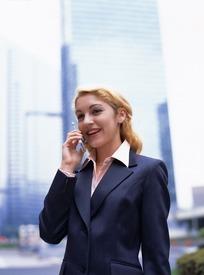 美女 手机 职业装-穿着职业装右手拿着手机讲电话的美女