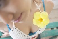 戴着黄花的美女胸部特写