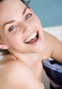 开怀大笑的外国女性