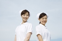 两个穿白色工作服白帽子的女护士