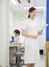 手捧着资料穿白色工作服站着的女护士