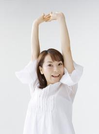 美女 微笑/双手举在头顶上微笑的白衣美女