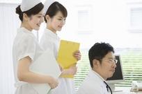 微笑的女护士和男医生