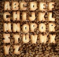字母饼干排成的26个英文字母