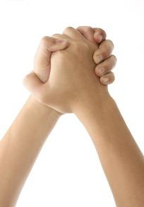 左右手掌互相紧握双手特写