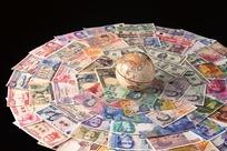 摆成一个圆的世界各月纸币和一个地球仪