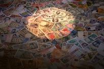 被圆形光照着的一堆世界各国纸币