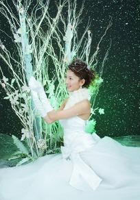 穿白色婚纱手捧起姿势的女人