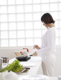 厨房里边听歌边做饭的美女