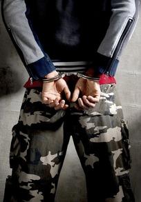 提审女犯戴上手铐视频
