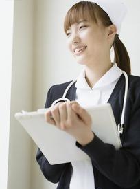 戴着听诊器微笑着写报告的女护士