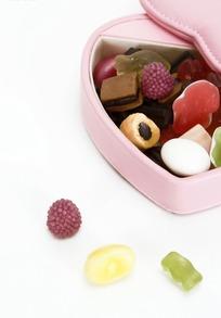 粉色皮质礼品盒内的彩色水果胶皮糖