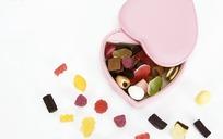 粉色皮质礼品盒内的水果胶皮糖