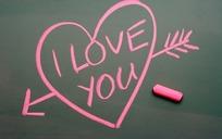 黑板上的粉色一箭穿心与粉笔