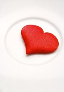 白色背景上的红色绒面爱心装饰图片