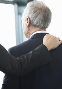 被人搭着肩膀的外国老年男人