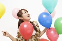 看着气球欢笑的长发美女