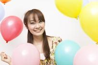 气球和微笑的长发美女