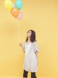 抬头拿着气球的美少女