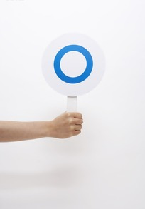 举蓝圈圆牌的手