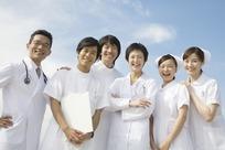 天空下满带微笑的医生护士