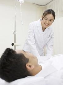 微笑照顾打着点滴病人的护士