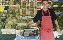 国外蔬菜店员特写