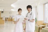 微笑的男医生和女护士