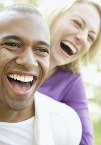 开怀大笑的黑人男性和女性