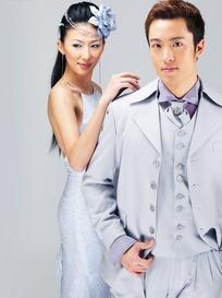 新娘手臂搭着新郎肩上的婚纱摄影